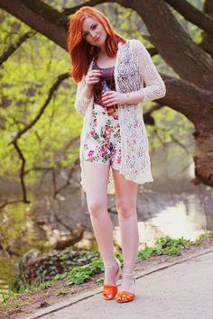 Lina (http://www.linamallon.de) kombiniert ihre Wedges mit Blumenshorts und romantischer Spitzenjacke, mehr zu Linas Outfits: http://www.linamallon.de/2014/05/give-away-walk-clarks/
