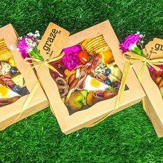 Charcuterie Gift Box, Charcuterie Picnic, Charcuterie Recipes, Charcuterie Platter, Charcuterie And Cheese Board, Healthy Picnic, Picnic Foods, Breakfast Basket, Graze Box