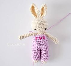 3 Dots Overall :: A free crochet pattern for baby bunny – CrochetObjet by MoMalron Easter Bunny Crochet Pattern, Crochet Rabbit, Crochet Doll Pattern, Crochet Toys Patterns, Amigurumi Patterns, Stuffed Toys Patterns, Crochet World, Diy Crochet, Baby Bunnies