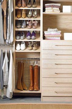 Una idea perfecta para mantener tu calzado en perfecto estado. El sistema de almacenaje para botas puedes instalarla tu misma desde hoy en tu armario con una barra y unas perchas con gancho. ¡Genial!