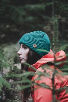 Cozy Outdoor Look for Women. Organic Timberjack Merino Wool Beania by VAI-KØ in Evergreen. Green and Red in the woods. Shop here! Best Hiking Boots, Hiking Boots Women, Cute Summer Outfits, Casual Summer Outfits, Beanie Outfit, Beanie Hats, Trekking Outfit, Hipster Fashion, Ladies Dress Design