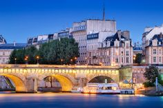 The Pont Neuf connects the two banks of the Seine to the Ile de la Cité in the French capital Paris, from where boat tours on the Seine offered, France