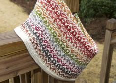 Gradations of color plus slipped stitches = soft and textured mosaic knit cowl. Learn mosaic knitting at http://knitfreedom.com/fantastic-mosaics