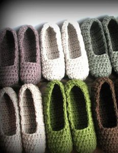chaussons crochet Now all I need is to learn to crochet. These are adorable and love the idea of filling a basket at the front door for guests Love Crochet, Learn To Crochet, Diy Crochet, Crochet Crafts, Yarn Crafts, Crochet Projects, Crochet House, Crochet Slipper Pattern, Knitted Slippers
