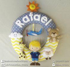 """Guirlanda para porta de maternidade e decoração do quarto do bebê. Tema """"Manhã de Sol"""". Tamanho: 30cm x 30cm Tags: guirlanda, feltro, urso,ursinho, ovelha, sol,avião,girafa,nuvem, amarelo, cinza, branco, diy, handmade, artesanato."""
