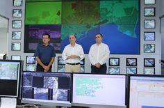 El alcalde de Alicante, Gabriel Echávarri, y el concejal de RRHH, Carlos Giménez, junto con el responsable del Centro de Control de Tráfico del…