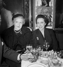 Germaine Tailleferre et Elsa Schiaparelli. Cocktail de Violet Trefusis. Paris, restaurant du Grand-Véfour, février 1950.