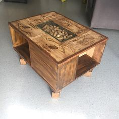 Pretty coffee table around the wine boxes entirely handmade with ponça… Pretty coffee table around t Wine Crate Coffee Table, Rustic Coffee Tables, Cool Coffee Tables, Coffee Table Design, Wine Box Shelves, Wine Boxes, Wooden Wine Crates, Crate Furniture, Wine Decor