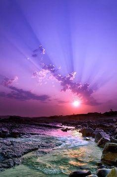 Awesome view of a purple sunset Beautiful World, Beautiful Places, Landscape Photography, Nature Photography, Sunrise Photography, Photography Tips, Purple Sunset, Purple Beach, Ocean Sunset