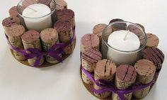 Rolhas de vinho coladas a um círculo de cortiça fazem as vezes de suporte para a vela: uma decoração delicada e fácil de fazer
