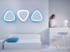 De Scoopy spiegel is typisch voor de ontwerpstijl van Karim Rashid. De spiegel heeft een organische vorm, met glooiende lijnen en uitgesproken kleuren, en is verkrijgbaar in drie kleurtjes: wit, blauw en roze.  In de spiegel zit optioneel led-verlichting weggewerkt die de gladde afwerking en de schuine lijnen van de schelpvorm benadrukt.