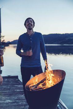 """Eine Feuerschale für die Winterzeit - ein absolutes Muss! Unser Geheimtipp: Der Holzkohlegrill """"Cone"""" von höfats, lässt sich auch als Feuerschale umfunktionieren: http://www.garten-und-freizeit.de/hofats-holzkohlegrill-cone.html #feuerschale #wintergrillen"""