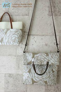 今日は、アトリエレッスンでの生徒さんたちの作品をご紹介します。 フィンランドの生地で縫わない2way バッグ。 生地のデザインがバッグの形にとても合... Fabric Handbags, Craft Bags, Cotton Bag, Straw Bag, Purses And Bags, Diy And Crafts, Quilts, Tote Bag, Sewing