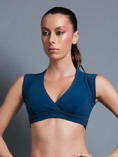 """Eis uma versão de top que você só encontra na Tem Estilo, desenhado e produzido por uma das marcas mais criativas de roupas esportivas do Brasil. A frente parece uma camiseta curtinha e decotada em """"V"""", de cor única. Atrás, o preto entra para formar um oval, expondo parte das suas costas, definindo os extremos com o azul igual ao do jeans. Conforto, durabilidade e requinte, com excelente compressão e sustentação anatômica do seu busto."""