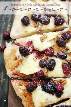 Blackberry Brie Pizza on Cinnamon Focaccia . I love focaccia bread Köstliche Desserts, Dessert Recipes, Plated Desserts, Pan Rapido, Appetizer Recipes, Appetizers, Love Food, Cooking Recipes, Scd Recipes