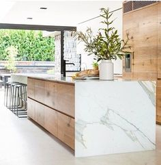 Modern Kitchen Interior - Last week, I wrote a post featuring 10 restaurant interiors to inspire your kitchen renovation Outdoor Kitchen Countertops, Modern Kitchen Cabinets, Marble Countertops, Modern Kitchen Design, Interior Design Kitchen, Kitchen Wood, Wood Cabinets, Modern Interior, Kitchen Appliances
