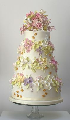 Beautiful-tiered-cake-of-flowers-bees