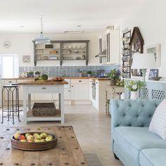 Inspiring coastal living room decor ideas (56)