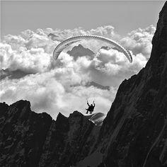vol en parapente entre amis à 3800 mètres sur la frontière entre l'italie & la france dans le massif du mont-blanc by BOILLON CHRISTOPHE