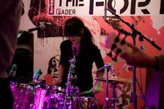 """Frankie Rose de Dum Dum Girls. Fue batería de la banda de californiana, además de tocar para otras formaciones como Crystal Stilts, Vivian Girls y Beverly. Rose es también cantante y compositora, en 2009 lanzó su primer álbum""""Thee Only One"""" en su proyecto personal Frankie Rose and the Outs, luego publicó """"Interstellar"""" en 2012, recibiendo muy buenas críticas en medios especializados, al que siguieron """"Herein Wild"""" (2013) y """"Careers"""" (2014), su trabajo más reciente."""