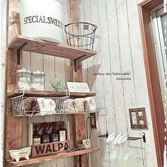 部屋に合った棚や収納を探すのって意外と大変で見つからないもの。だけど自分で棚等をDIYするとなると結構大変そう…。そこで!インテリアに、収納に、様々な場面で活躍するDIYの救世主「ディアウォール」が話題なんです。みなさんのすごすぎるDIY方法をご紹介します。 Wooden Pallet Projects, Wooden Pallets, Diy Design, Interior Design, Daiso, Storage Spaces, Ladder Decor, Entryway Tables, Diy And Crafts