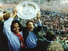 31 mei 1993 - Feyenoord landskampioen. Gaston Taument en Ruud Heus met de kampioensschaal op het balkon van het Rotterdamse stadhuis aan de Coolsingel. Op de achtergrond ruim 100.000 enthousiaste supporters.