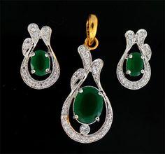 Conjunto de brinco e pingente banhado ouro , cravejado de cristais e zirconia esmeralda  clivisp@uol.com.br