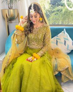 Simple Mehndi Dresses, Mehndi Dress For Bride, Bridal Mehndi Dresses, Mehendi Outfits, Beautiful Pakistani Dresses, Bridal Dress Design, Pakistani Bridal Dresses, Pakistani Dress Design, Bridal Lehenga