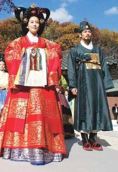 Korean National costume for men and women. Please like http://www.facebook.com/RagDollMagazine and follow @RagDollMagBlog @priscillacita