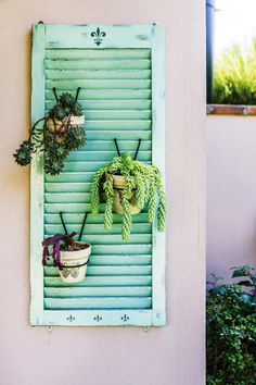 Doors, shutters and windows are the kings of salvaged objects. Easy to find when it comes to redoing your decor, these elements can be transformed at will according to our desires and needs. Patio Balcony Ideas, Recycled Decor, Apartment Balcony Decorating, Deco Nature, Plant Shelves, Country Decor, Shutters, Seasonal Decor, Interior Design Living Room