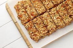 Gesunde Proteinriegel selber machen: Leckere und einfache Rezeptideen Make healthy protein bars yourself: 6 tasty and simple recipes Protein Snacks, Healthy Protein Bars, Yummy Healthy Snacks, Yummy Food, Healthy Recipes, Healthy Food, Healthy Nutrition, Drink Recipes, Delicious Recipes