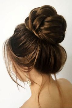 30 Awesome Wedding Bun Hairstyles Bun hairstyles are the most popular wedding hairdos. They are good for different hair length. Get inspired with our collection of wedding bun hairstyles. Hairdo Wedding, Messy Bun Hairstyles, Bridal Hair Updo, Wedding Hairstyles For Long Hair, 2 Buns Hairstyle, Messy Bun Wedding, Simple Hairstyles, Crown Hairstyles, Hairstyle Ideas