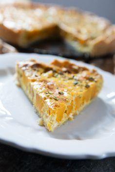 Kürbisquiche mit Curry (Zutaten für eine 26cm-Form) für den Boden 125g Butter (kalt!) 200g Mehl 1 Ei (L) etwas Salz für den Belag 1 EL Butter 400g ...