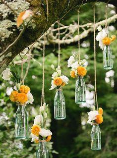Einfache Dekoration für eine Hochzeit im Sommer: Blumen in Glasflaschen