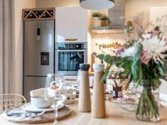 Dodatki na stole kuchennym i wolnostojąca lodówka (51734)
