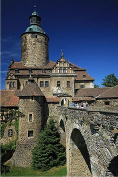 Czocha Castle is a defensive castle in the Czocha village, in Lubań County, Lower Silesian Voivodeship, Poland. Beautiful Castles, Beautiful Buildings, Beautiful Places, Castle Ruins, Medieval Castle, Palaces, Places Around The World, Around The Worlds, Voyage Europe