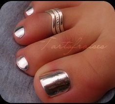 Blixz miroir argent pieds - * Tartofraises : Nail Art sur ongles naturels * I want what ever it says! Lol where can I find this nails polish Cute Toes, Pretty Toes, Do It Yourself Nails, Toe Ring Designs, Summer Toe Nails, Toe Polish, Beautiful Toes, Antique Engagement Rings, Ankle Bracelets