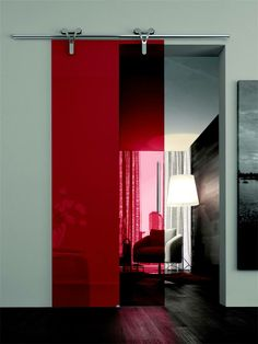 Logika con vetro rosso trasparente.