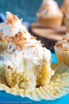 Queenslee Appetit Coconut Cream Pie Cupcakes — moist, light and airy coconut cupcakes filled with coconut custard and topped with creamy coconut frosting and toasted coconut. These cupcakes are loaded with coconut flavour! Coconut Cream Cupcakes, Cream Filled Cupcakes, Cupcake Cream, Coconut Frosting, Chocolate Coconut Cupcakes, Coconut Cakes, Mini Cupcakes, Chocolate Cake, Easy Cupcake Recipes