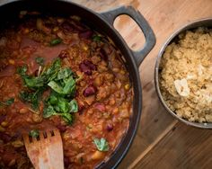 Chili con härkis on vege versio meksikolaisesta pataruuasta, jossa perinteisesti on chiliä, papuja ja lihaa. Lihan sijaan padassa on maustettua härkistä. Pesco Vegetarian, Vegetable Recipes, Chili, Side Dishes, Vegan Recipes, Food And Drink, Beef, Mat, Vegetables