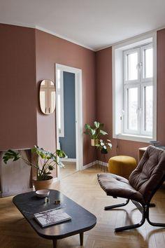 Varm atmosfære med lune farger som gir karakter til den lille leiligheten. Living Room Grey, Living Room Decor, Living Spaces, Living Room Inspiration, Interior Inspiration, Modern Scandinavian Interior, Salons Cosy, Interior Architecture, Interior Design