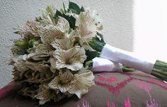 Bouquets de damas de honor en astroemerias diamond con  toques de ruscus y adornados con cinta de raso blancos.