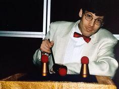 Goochelaar Aarnoud Agricola vertoont een klassieke goochelroutine: het bekerspel.
