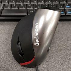 おにぎりのような形のエルゴノミクスマウス『wowpen joy』。手首をひねらず、小指を下、親指を上にした自然な体勢で操作する、独特な形状のマウスです。机の上に置いたコーヒーの缶を、横からそっと握るようなイメージ。4年以上使っていますが、手首の痛みがなくなって大助かりです。