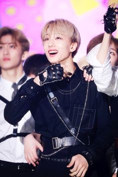He slipped twice, he hurt his shoulder badly, he hit his head, he was limping after the show- and you see this? he still smiled because he got to perform. that shows a lot about this 17 year old boy Winwin, Taeyong, Nct 127, K Pop, Park Jisung Nct, Park Ji Sung, Inspirational Celebrities, Fandoms, Jung Woo