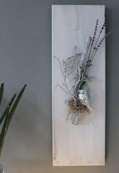 Popular WD u Fr hlingshafte Wanddeko Holzbrett wei gebeizt dekoriert mit nat rlichen Materialien einem silberfarbenen