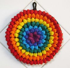 pretty potholder...no pattern though.  looks like popcorn stitches.   Arco Iris by Colorido Eclético - por Cristina Vasconcellos, via Flickr