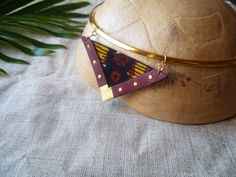 Collier ras du cou triangle en cuir recyclé bordeaux, doré et tissu wax par Adorness #cuir #collier #wax #pagne #triangle #graphique