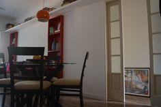 A porta do corredor, em vidro jateado e madeira era a antiga porta da cozinha (bem estreita) e foi aproveitada na reforma, com as folhas separadas para aumentar a passagem #apartamentospequenos #cozinha #decor #decoração #interior #design #casa #home #house #detalhes #details #style #estilo #pequeno #small #red #vermelho #nicho