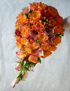 Narancs színű csepp alakú menyasszonyi csokor kálából és rózsából Floral Wreath, Deck, Wreaths, Blog, Home Decor, Homemade Home Decor, Door Wreaths, Front Porches, Decks